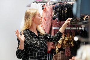 Kupowanie odzieży używanej – zalety i wady