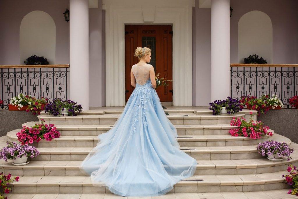 Suknia ślubna w niebieskim kolorze z salonu w Krakowie