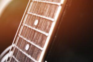 Jak wybrać odpowiednie struny do gitary?