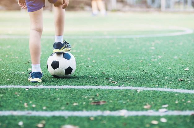 dziecko grające w piłkę